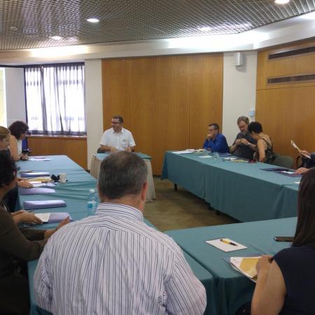 """יו""""ר הכנס, יושב בשולחן היו""""ר, פרופ' דן מיודובניק, ראש מכון לאונרד דיוויס ליחסים בינ""""ל באוניברסיטה העברית"""